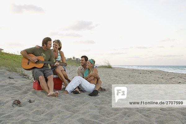 Paare genießen am Strand