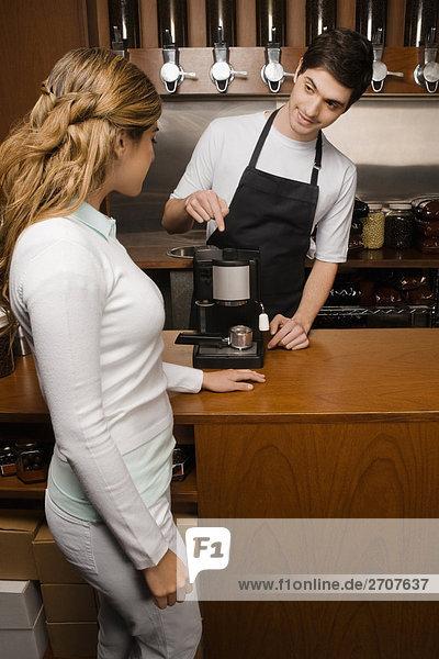 Eigentümer  die eine Kaffeemaschine zu einem Kunden