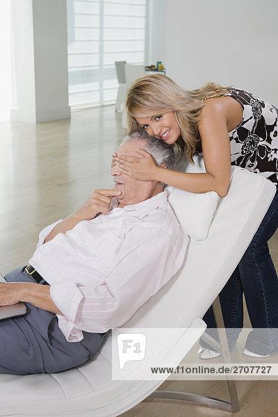junge Frau junge Frauen Großvater bedecken