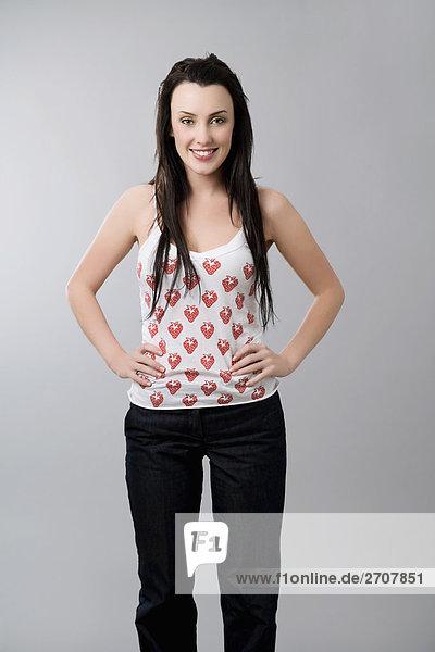 Portrait einer jungen Frau mit Arms akimbo ständigen