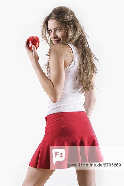Seitenansicht einer jungen Frau halten einen Apfel