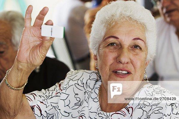 Senior Senioren zeigen Portrait Frau Dominostein