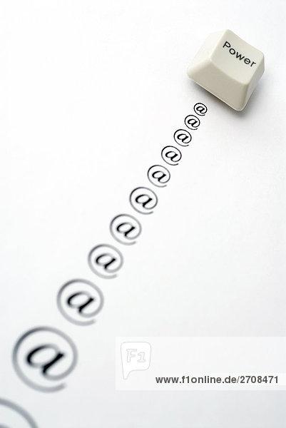 Nahaufnahme eines Computer-Schlüssels auf einem Blatt Papier
