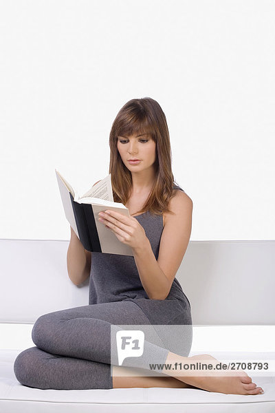 Junge Frau ein Buch zu lesen