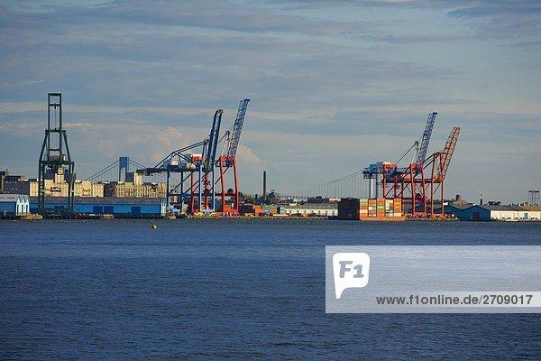Krane und Container auf einer kommerziellen dock  Hudson River  Brooklyn  New York City  New York State  USA