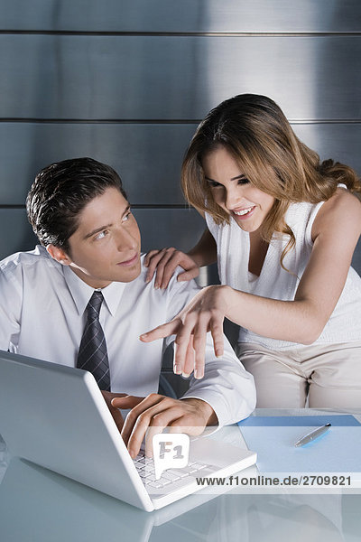 Geschäftsfrau und Planung an einen Laptop Geschäftsmann