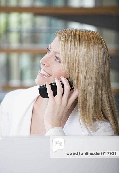 Weiblich auf ihrem Handy