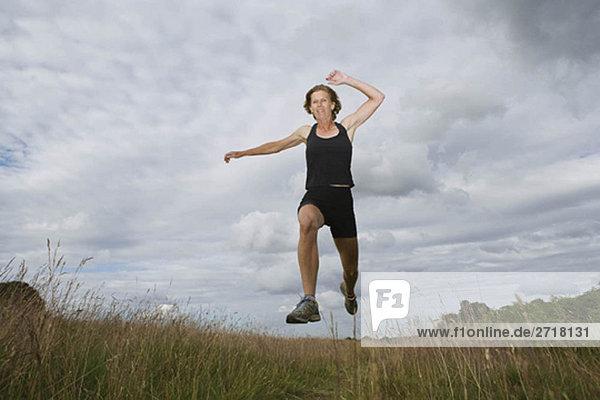 Frau läuft auf Schotterpiste