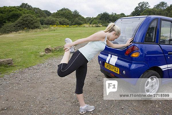 Junge Frau beim Training mit dem Elektroauto
