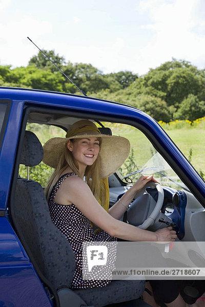 Junge Frau am Steuer eines Elektroautos