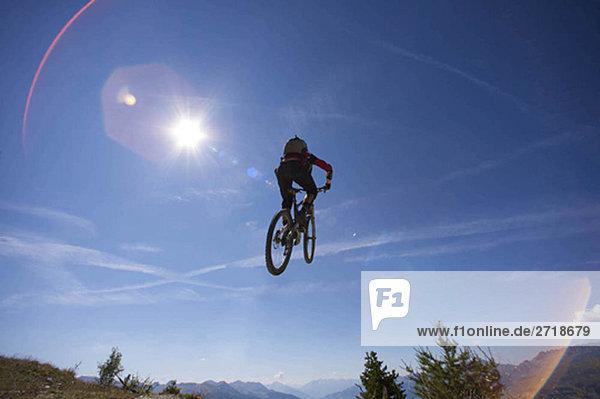 Mountainbiker springen über Kopf
