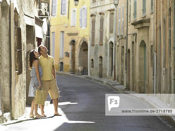 Paar in der Straße schaut nach oben