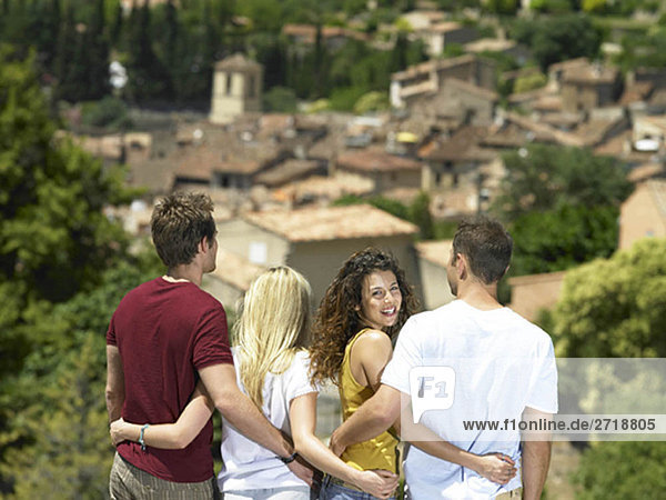 Lächelndes Mädchen in der Gruppe mit Blick auf die Aussicht