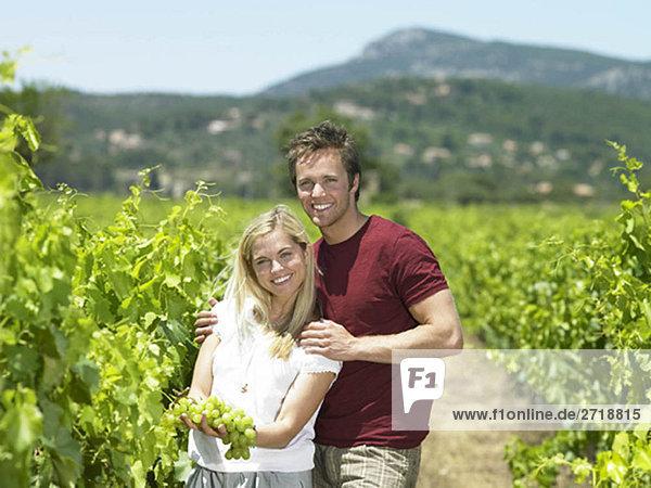 Paar im Weinberg mit Trauben