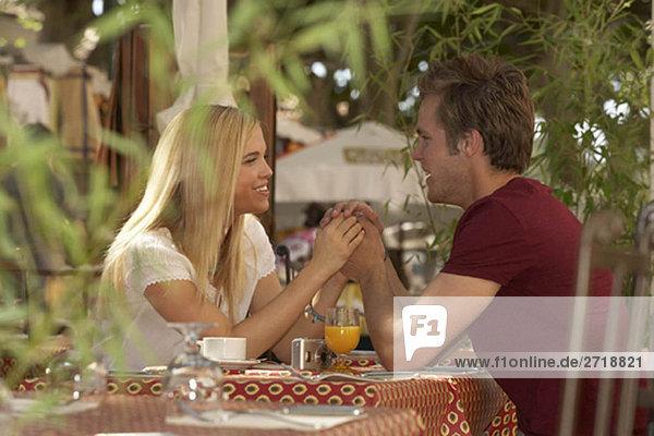 Paar im französischen Marktcafé