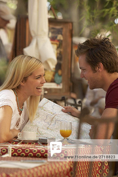 Paar lachend im französischen Marktcafé
