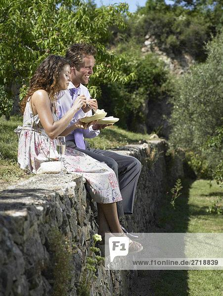 Hochzeitsgäste essen Kuchen
