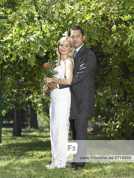 Portrait von Braut und Bräutigam im Garten
