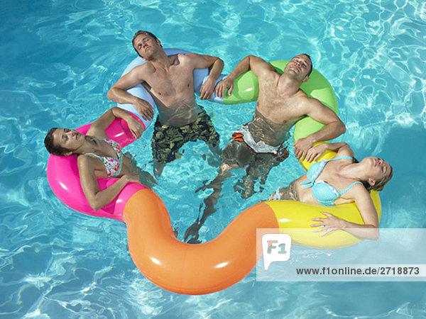 Freunde entspannen sich im Pool