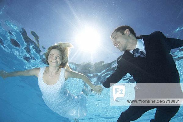 Brautpaar unter Wasser