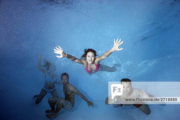 Gruppenschwimmen unter Wasser