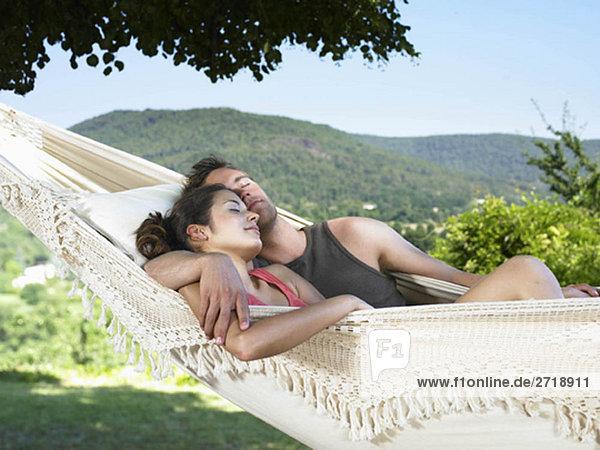 Paar schläft auf Hängematte