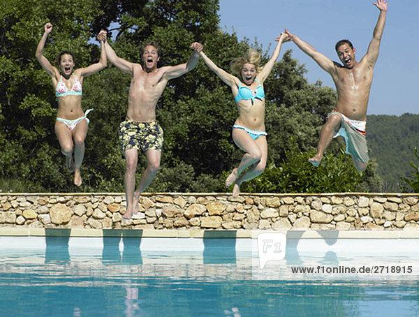 Freunde springen in den Pool