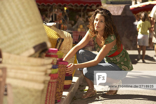 Mädchen-Shopping auf dem Markt