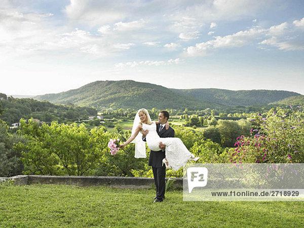 Bräutigam mit Braut im Garten
