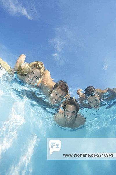 Gruppe von Freunden im Pool getaucht