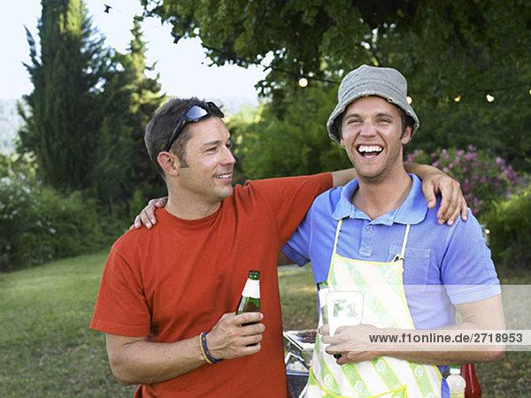 Zwei Männer beim Grillen