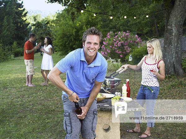 Freunde feiern beim Grillen