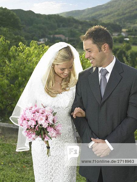 Braut schaut auf den Ehering