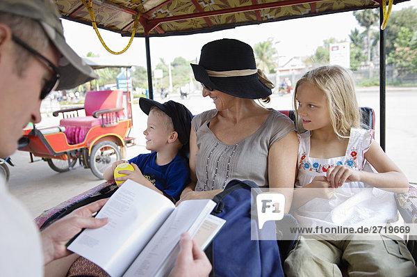 Familie Reiten in Rikscha