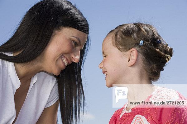 Mutter und Tochter (6-7) schauen sich an  Nahaufnahme