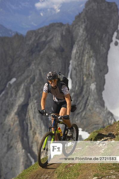 Mann Mountainbike  lächelnd