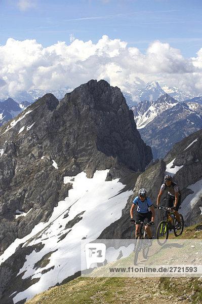 Deutschland,  Bayern,  Karwendel,  Paar Mountainbiking