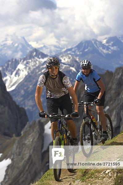 Deutschland  Bayern  Karwendel  Paar Mountainbiking