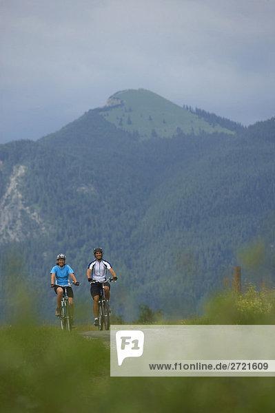 Deutschland  Bayern  Walchensee  Paar Mountainbiking