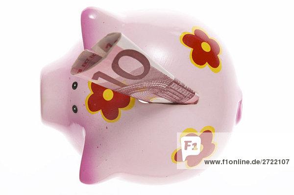 Sparschwein mit zehn Euro-Scheinen  Nahaufnahme  erhöhte Ansicht