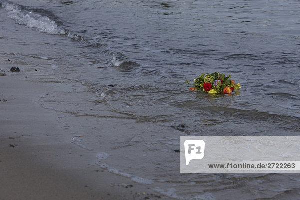 Deutschland  Ostsee  Niendorf  Blumenstrauß im Meer schwimmend
