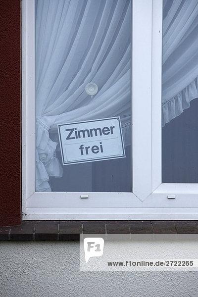 Schild Zimmer zu vermieten am Fenster  Nahaufnahme