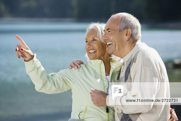 Deutschland  Bayern  Walchensee  Seniorenpaar  lachend