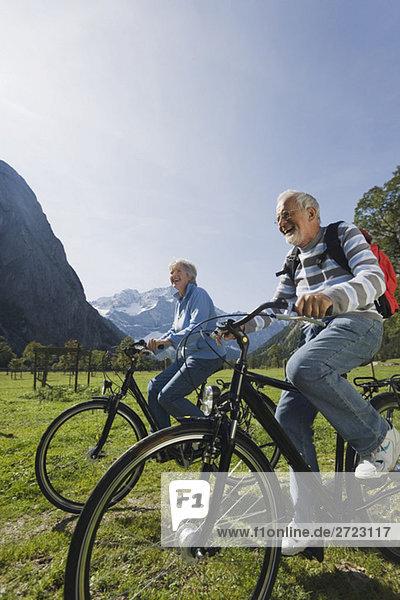 Österreich  Karwendel  Senior Paar Radfahren