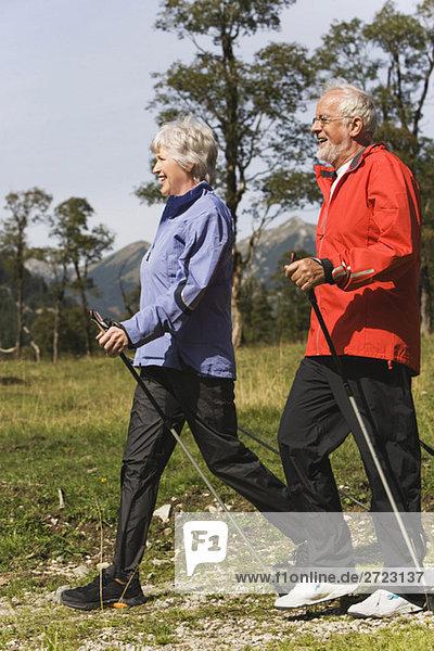 Österreich  Karwendel  Ahornboden  Seniorpaar Nordic Walking