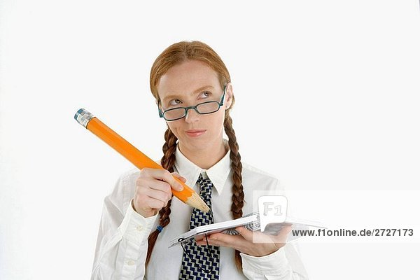 Funny Sekretär schreiben eine Notebook mit großen Bleistift
