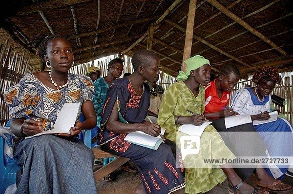 SOUTH SUDAN Loka Women´s Association konzentriert Ausdrücke auf eine Alphabetisierung von Erwachsenen-Klasse  die in einem einfachen rustikalen Klassenzimmer im Zentrum gehalten wird