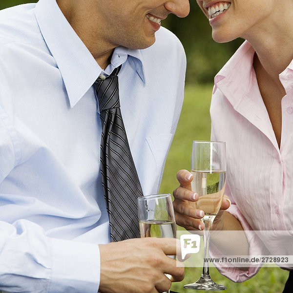 Mitte Schnittansicht eines Mitte Erwachsenen Mann und eine junge Frau hält congrats