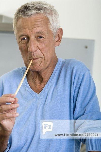 Alter Mann mit einer Nudel im Mund  fully_released Alter Mann mit einer Nudel im Mund, fully_released