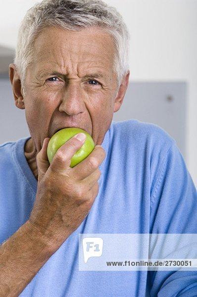 Alter Mann isst einen Apfel  fully_released Alter Mann isst einen Apfel, fully_released